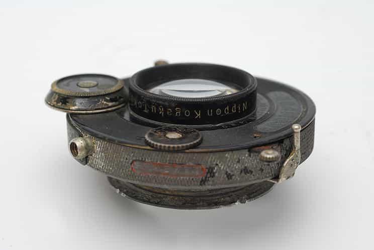 نمای جانبی لنز Anytar 12cm F4.5 که در آن Nippon Kogaku Tokyo نقش بسته است.