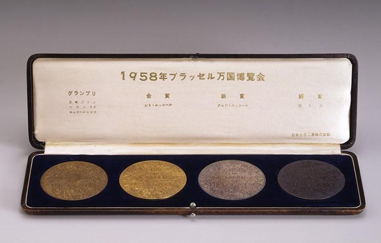 مدال جایزه بزرگ از نمایشگاه جهانی بروکسل برای شرکت نیکون در سال 1957