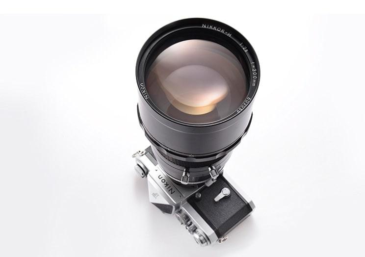 لنز NIKKOR-H 300 mm F2.8 برای اولین بار در ساخت آن از شیشه ED استفاده شده است.